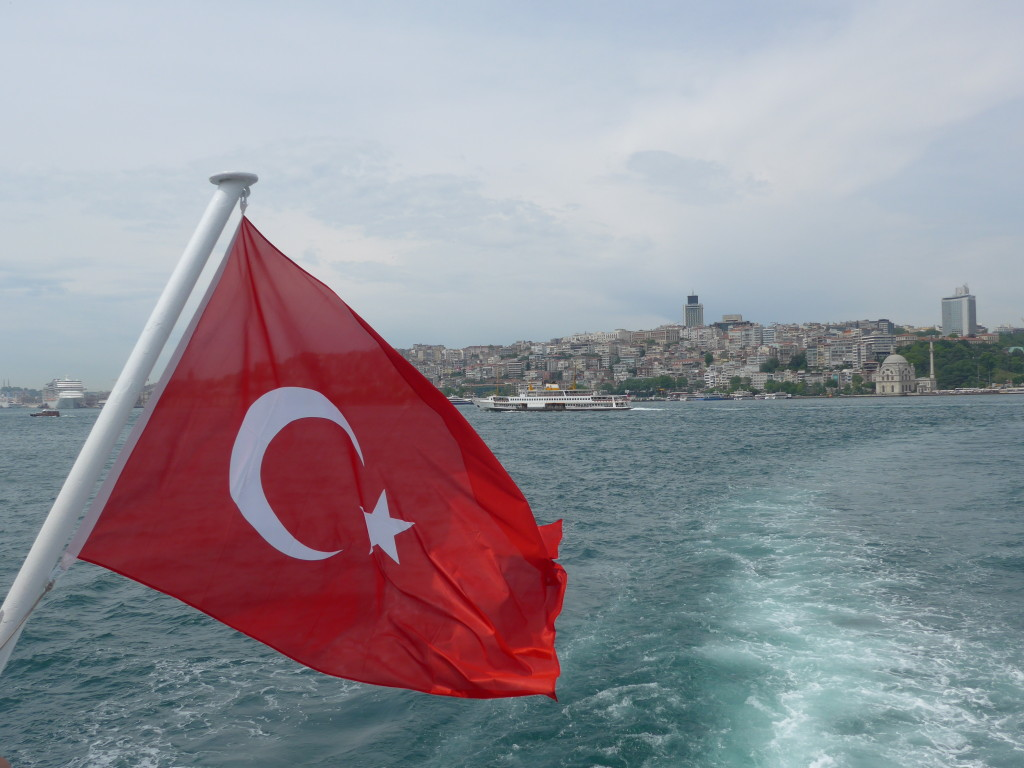 TURKISH FLAG SUR LE BOSPHORE